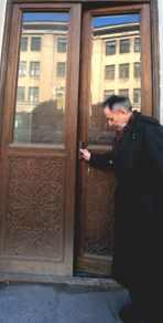 Мильчик открыл дверь подъезда, и мы вошли в дом Мурузи. Фото: Юрий Лепский