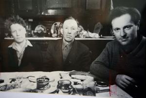 В этой самой комнате  Иосиф Бродский за столом с гостями - К.Пестеревым и его племянником. Снимок сделан после возвращения из ссылки,  в 1967 году  А.И.Бродским (из коллекции М.И.Мильчика).