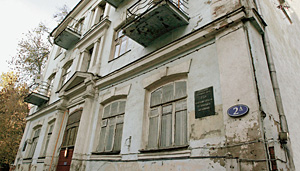 Дом-музей художников Гончаровой и Ларионова: Москва, Трехпрудный переулок, 2а.   Находится в аварийном состоянии, выведен из состава жилого фонда и передан музею в 1989 году, но до сих пор в нем живут жильцы,   а строительная техника так и не доехала